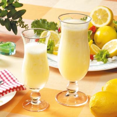 Dos copas de zumo de limón