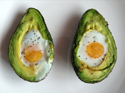 aguacate con huevo al horno