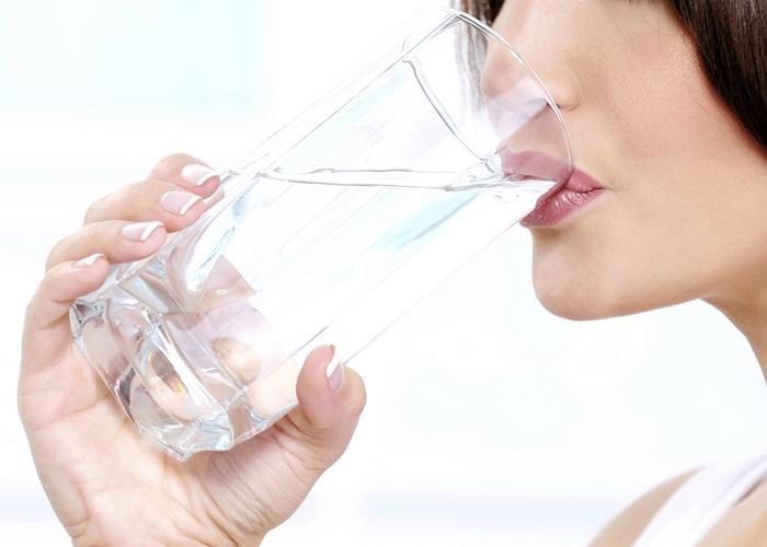 Resultado de imagen de mujer tomando agua