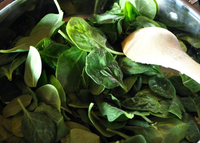 Espinacas frescas a punto de ser cocinadas