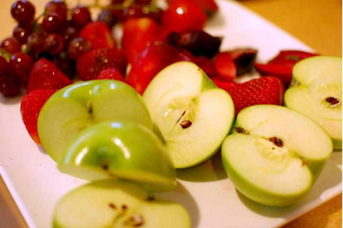 Varias frutas cortadas y con piel