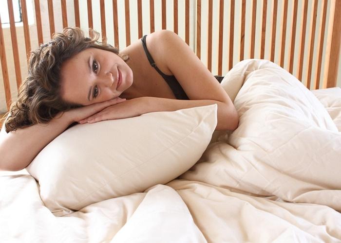 Chica acostada sobre su almohada