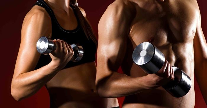Mujer y hombre con pesas