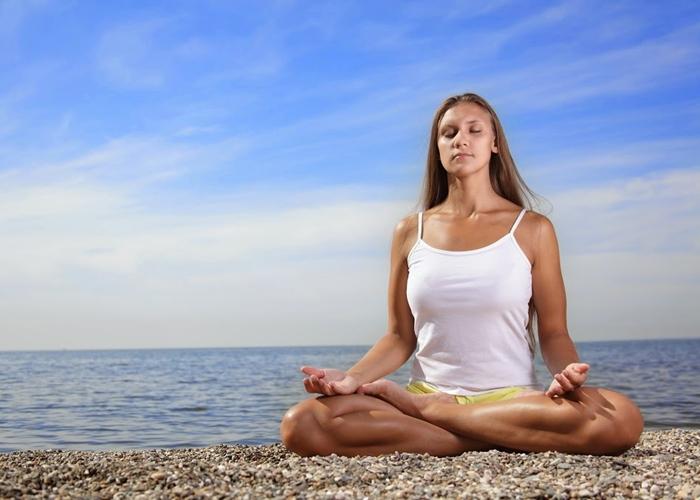 3 posturas de yoga para reducir el estr s for Ejercicios espalda piscina