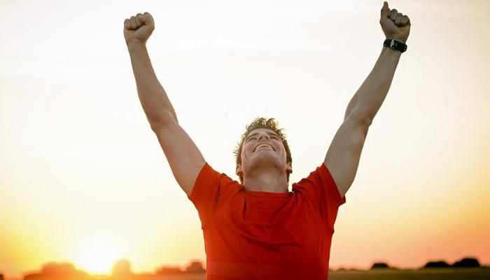 Corredor feliz después de conseguir su propio récord