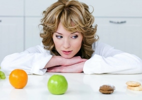 Mujer con frutas y galletas