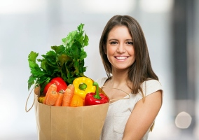 Vegetariana saliendo de comprar