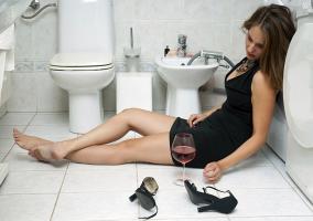 Mujer con resaca dormida en el baño