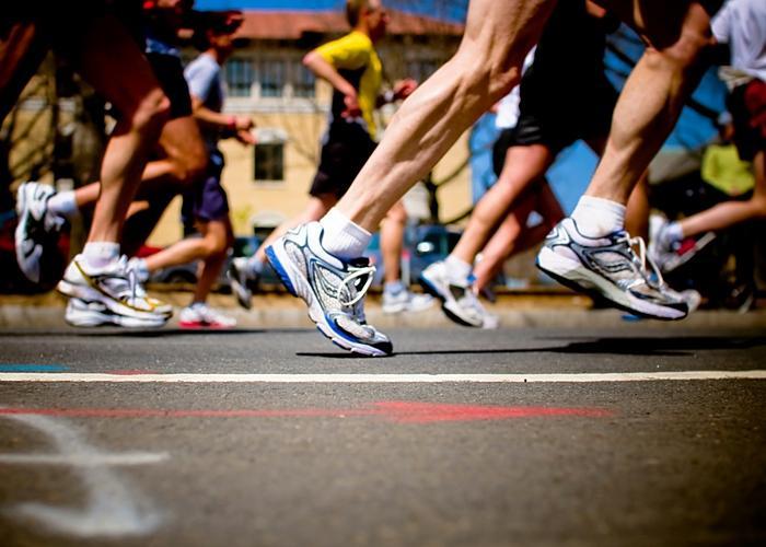 Pies de corredores de una maratón