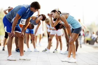 Corredores de maratón exhaustos