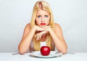 Chica triste porque no puede comer fruta