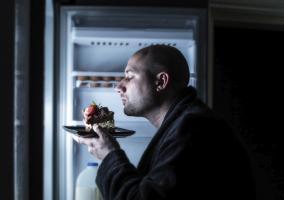 Hombre con una tarta a media noche