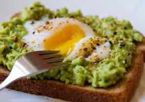 Tostada huevo y aguacate