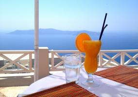 Zumo de naranja y agua al sol
