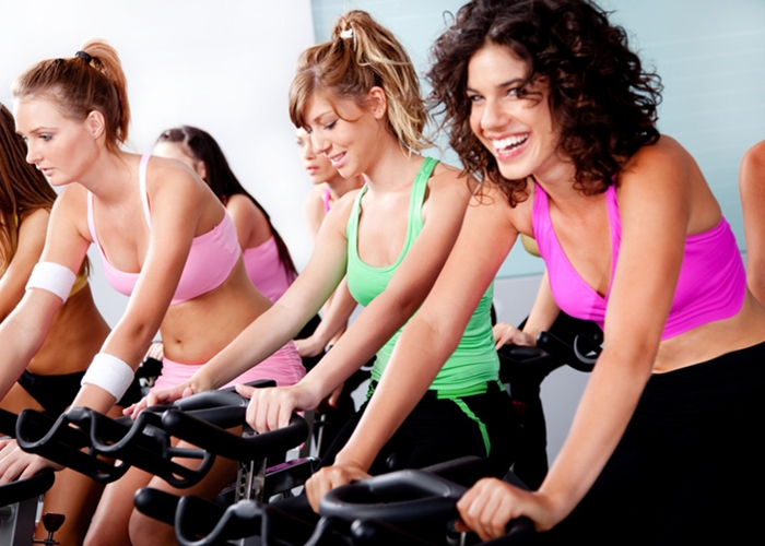 Chicas practicando Spinning