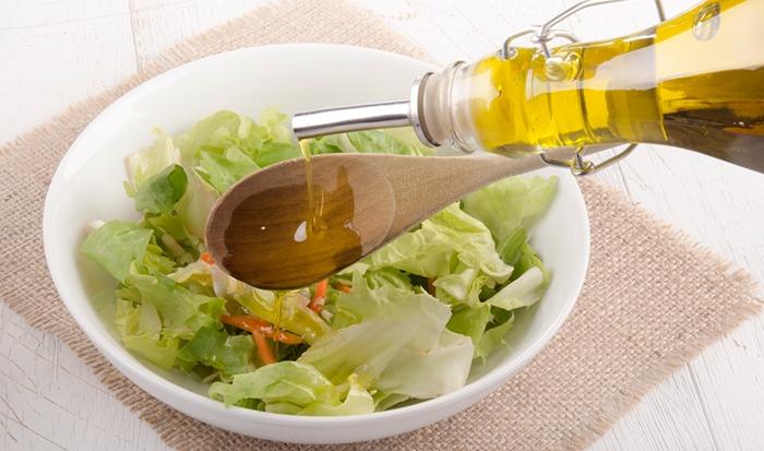 Aliñar ensalada con aceite