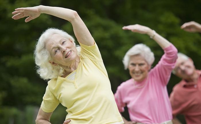 Ancianas haciendo ejercicio