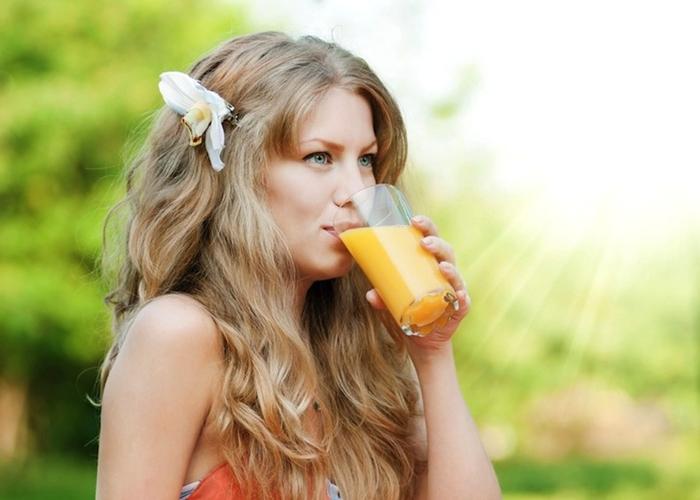 Beber zumo de naranja
