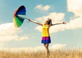 Chica con paraguas feliz