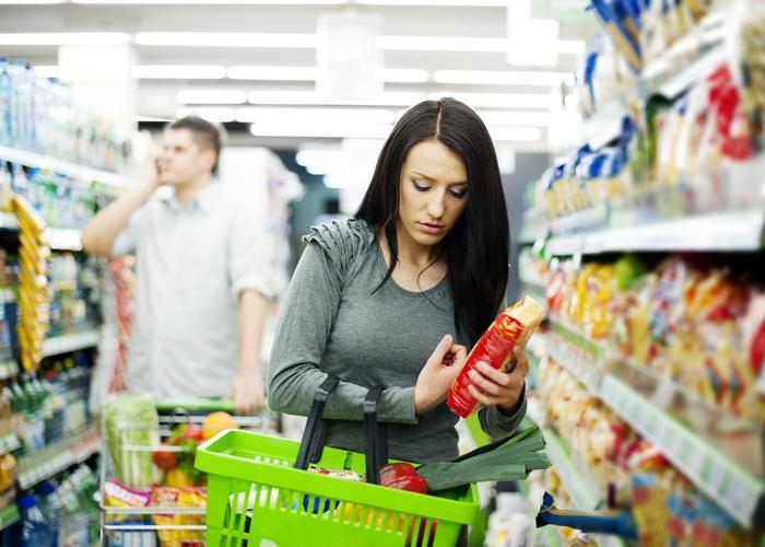 Resultado de imagen de mujer haciendo la compra