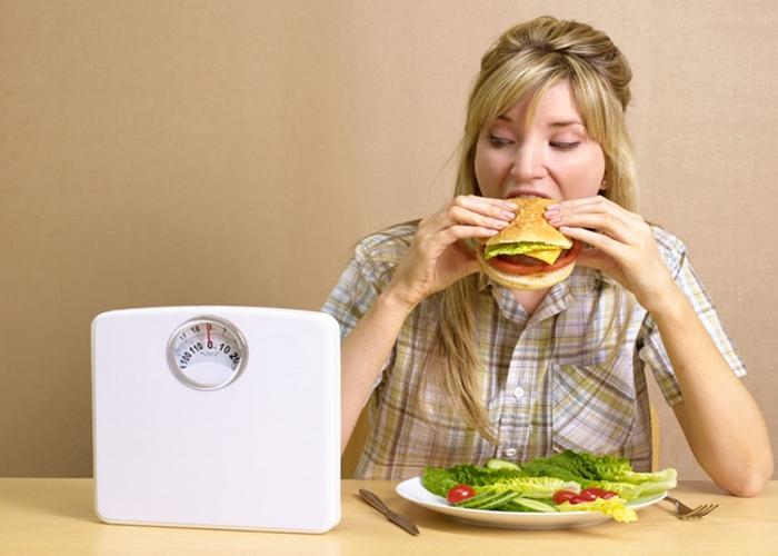 Mujer obsesionada con la comida