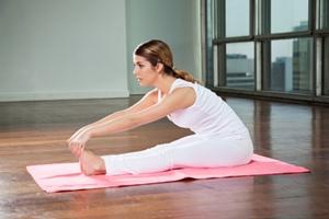 Mujer practicando la postura de la pinza