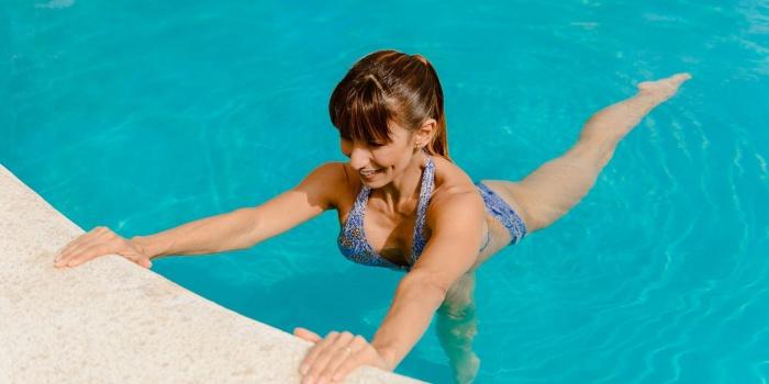 Ejercicios para adelgazar barriga en la piscina