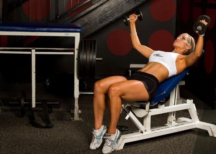 Mantén el pecho en su sitio con estos 4 ejercicios