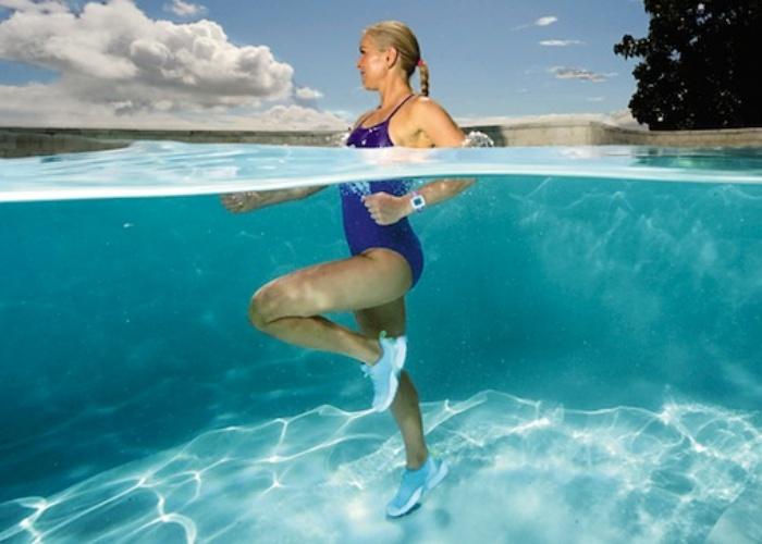 3 ejercicios en piscina para tonificar brazos piernas y for Ejercicios en la piscina