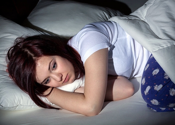 Chica sin poder dormir