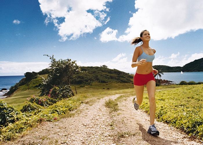 Chica corriendo por la costa