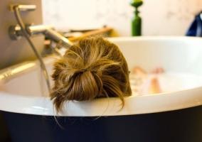 Chica tomando un baño de té