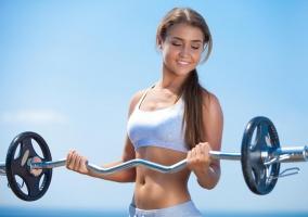 Mujer incrementando músculo