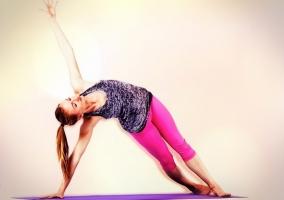 Brett Larkin haciendo Yoga
