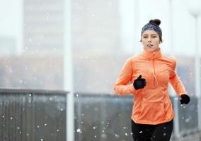 Chica corriendo con nieve