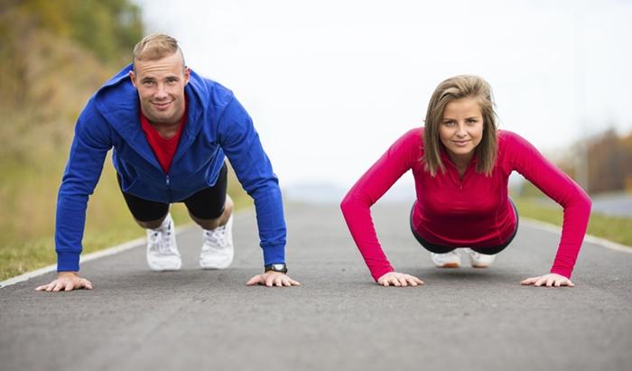 Dos personas haciendo ejercicio plancha