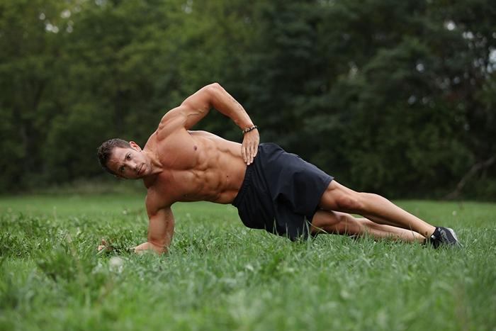 Hombre haciendo plancha lateral