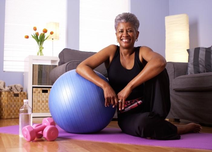 Mujer haciendo ejercicio en su casa
