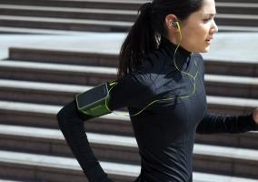 Chica corriendo con música
