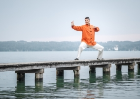 Hombre practicando Qigong