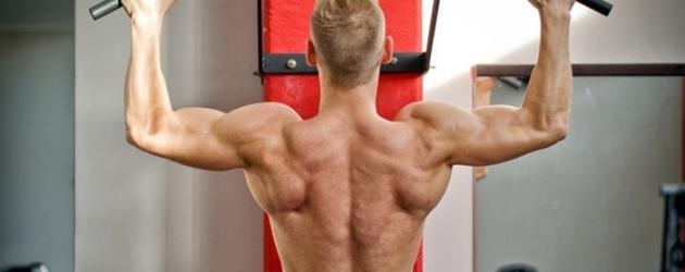 Hombre ejercitando dorsales con barra