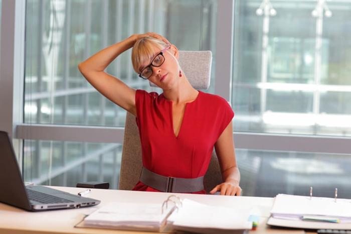 Mujer estresada estirando cuello