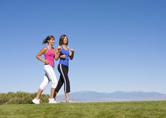 Mujeres ejercitándose con Power Walking