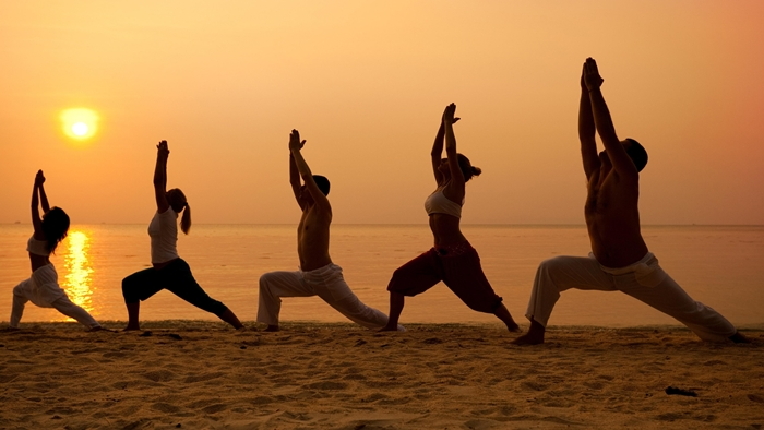 3 posturas de yoga para hacer en la playa for World class photos pictures