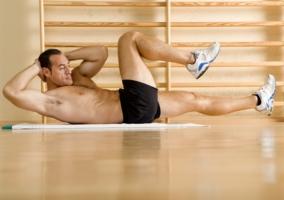 Hombre ejercitando abdominales
