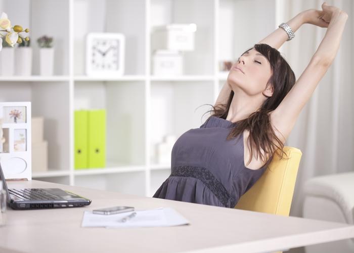 3 estiramientos para hacer en la oficina for Estiramientos oficina