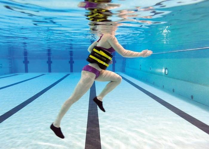 Ponte en forma en la piscina con estos ejercicios for Ejercicios en la piscina