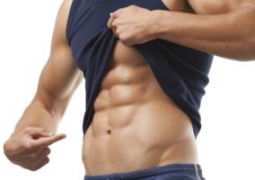 Hombre con abdominales marcados