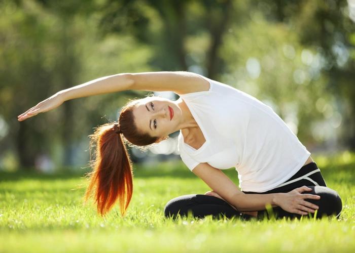 Mujer haciendo Yoga con buen humor