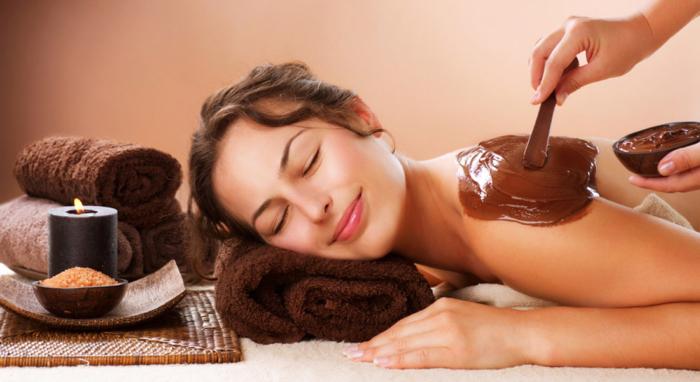 mujer en sesion de chocolaterapia